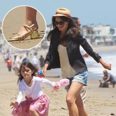 katie holmes daughter suri wear their heels to the beach Katie Holmes & Daughter Suri Wear Their Heels To The Beach