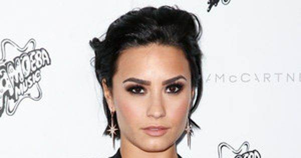 rs_300x300-160927140856-600.Demi-Lovato-Sparkly-Manicures.jpg