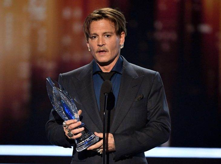 Johnny Depp Accepts 2017 People's Choice Award for Favorite Movie Icon